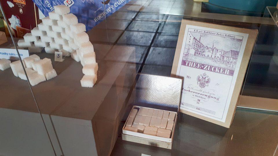 Replika první krabičky s kostkovým cukrem. Tehdy měl ještě tvar kvádru