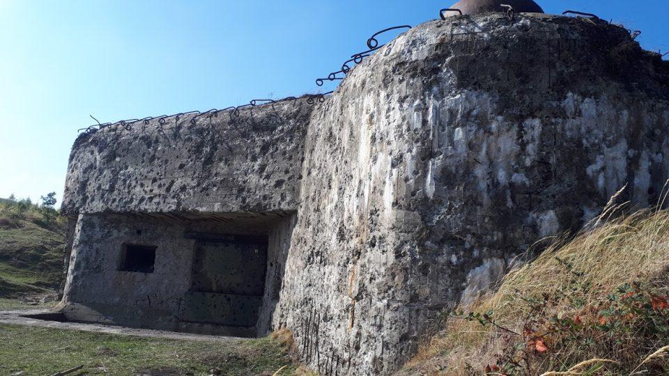 Nejznámějším objektem v Brdech je dělostřelecký srub Benešák na dopadové ploše Jordán. Postaven byl jako zkušební objekt pro testy odolnosti opevnění ve 30. letech minulého století