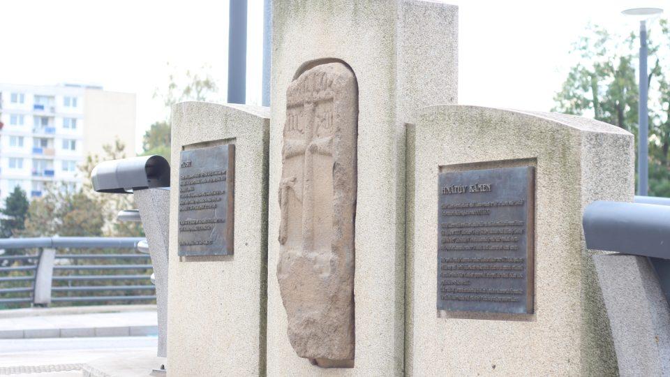 Hnátův kámen je dnes zasazený ve zdi mostu