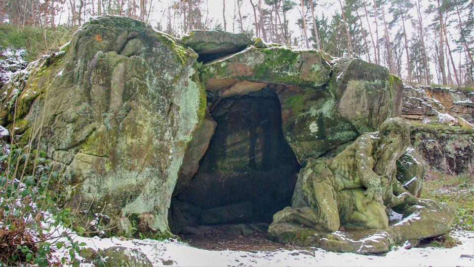 Jeskyně a její obyvatel, poustevník Jan Garinus jsou součástí Braunova betlému u Kuksu