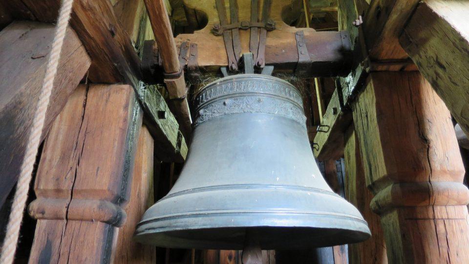Zvon ze 16. století ve zvonici areálu sv. Mikuláše ve Velinách