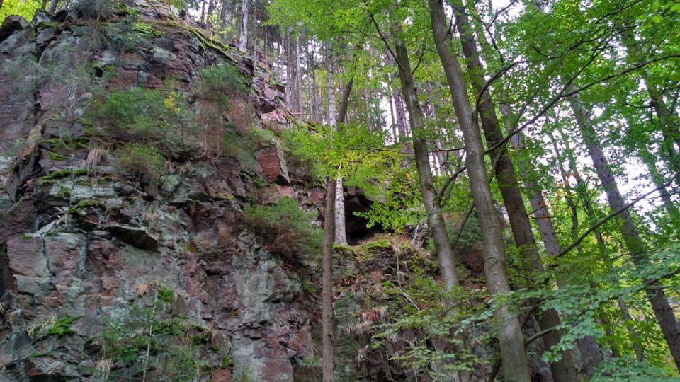 Ledříčkova skála je asi v 17 metrech a jen velmi těžko přístupná