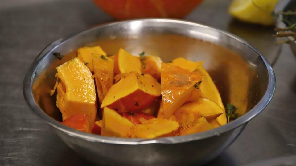 Kousky dýně osolíme, opepříme, vymačkáme na ni citron,přidáme snítku tymiánu a dáme péct