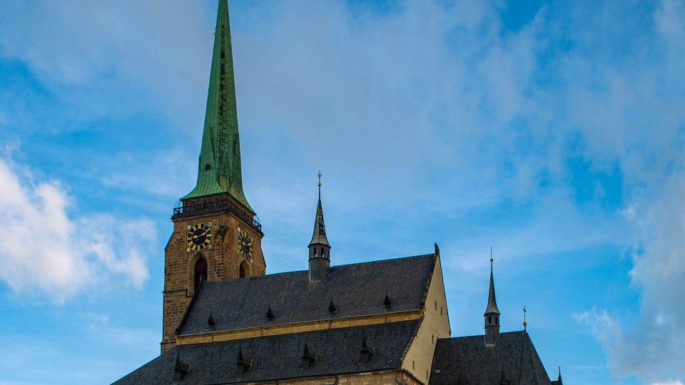 Věž kostela je výškou 102 metrů českých rekordmanem