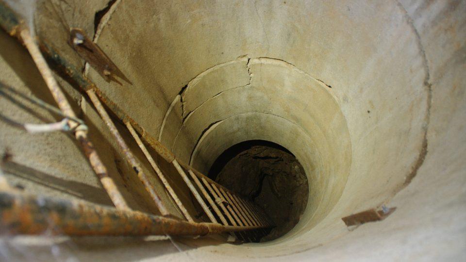 Vstup do jeskyně dnes připomíná studnu