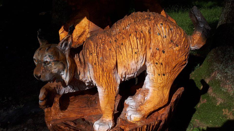 Dřevořezba je dílem ostravického řezbáře Luďka Vančury