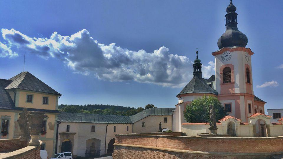 Zámek a kostel spojuje chodba