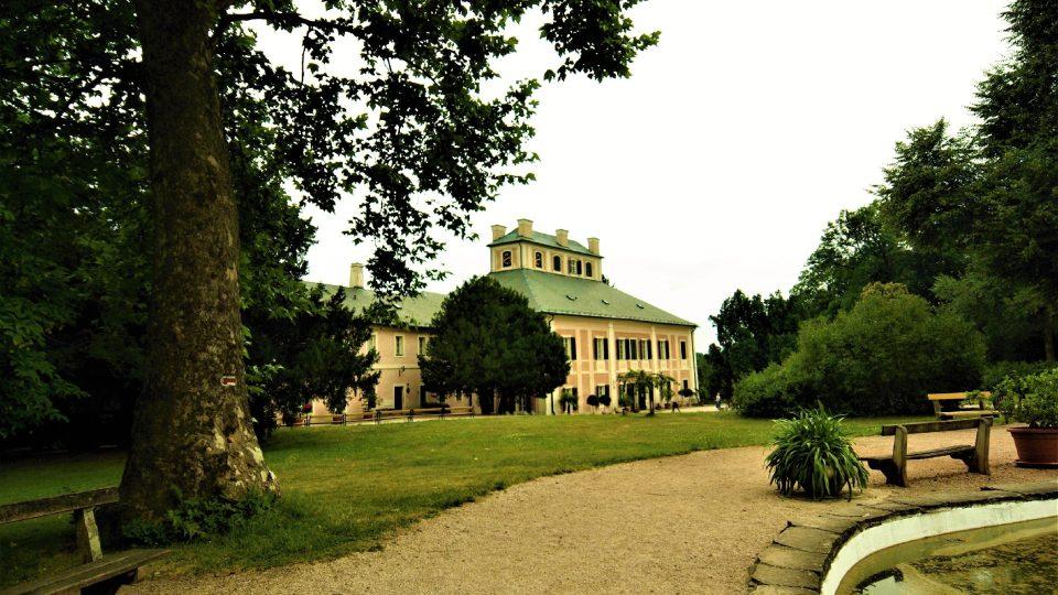 Ratibořický zámek je harmonickou součástí zámeckého parku