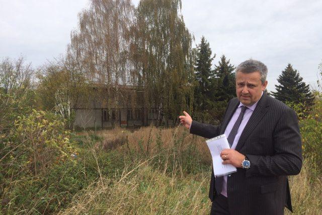 Kladenský primátor Milan Volf před ubytovnou v Kročehlavech