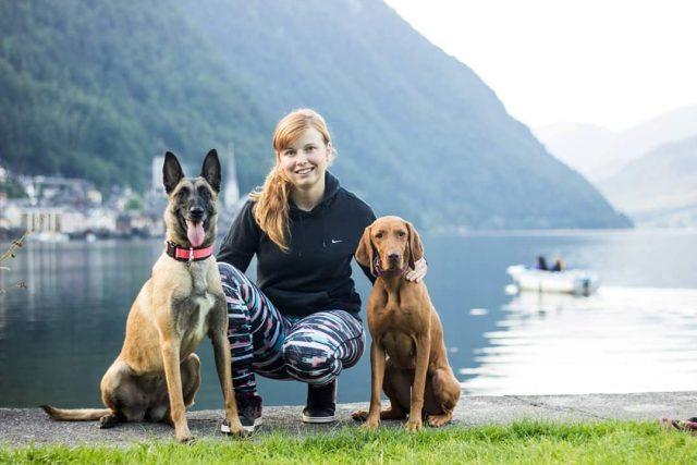 Nikola Koubková se svými dvěma psími svěřenci,  belgickým ovčákem a německým ohařem | foto: archiv Nikoly Koubkové