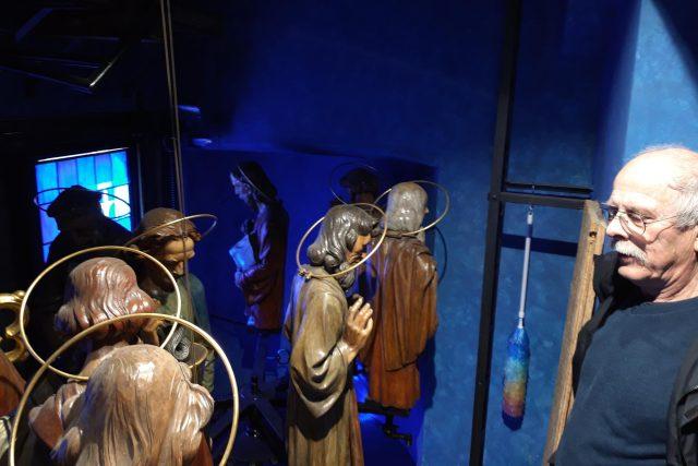 Orlojník Petr Skála pravidelně kontroluje a také oprašuje dvanáct apoštolů