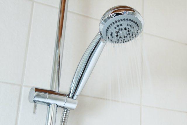 Při otužování je dobré sprchovat se chladnou vodou